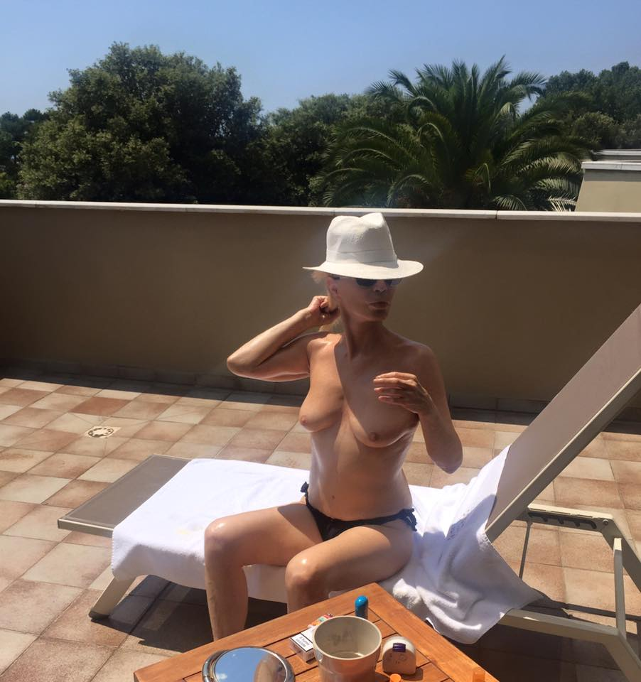 Patty Pravo in topless su Facebook a 67 anni, fan impazziti sul web